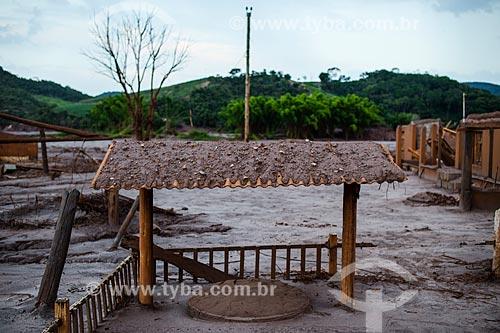 Poço coberto em casa no distrito de Paracatu de Baixo após o rompimento de barragem de rejeitos de mineração da empresa Samarco em Mariana (MG)  - Mariana - Minas Gerais (MG) - Brasil
