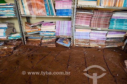 Interior de biblioteca em escola soterrada pela lama no distrito de Paracatu de Baixo após o rompimento de barragem de rejeitos de mineração da empresa Samarco em Mariana (MG)  - Mariana - Minas Gerais (MG) - Brasil