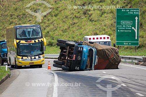 Mancha de óleo após o tombamento de caminhão próximo ao km 783 da Rodovia BR-040 (Rodovia Presidente Juscelino Kubitschek) - sentido Rio de Janeiro-Belo Horizonte  - Minas Gerais (MG) - Brasil