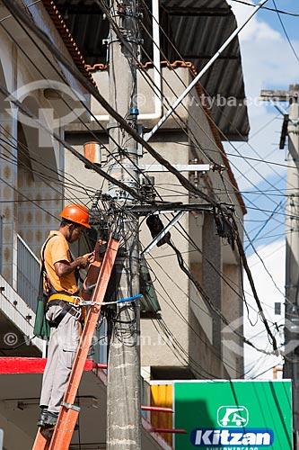 Funcionário da Prefeitura fazendo a manutenção da rede elétrica  - Dores de Campos - Minas Gerais (MG) - Brasil