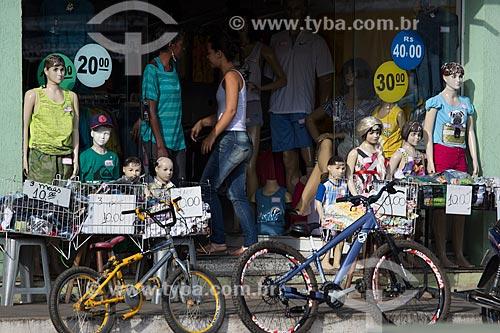 Entrada de loja na Praça Gustavo Meirelles - também conhecida como Praça de SantAna  - Barroso - Minas Gerais (MG) - Brasil