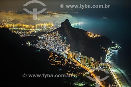 Vista noturna de São Conrado com Favela da Rocinha e Morro Dois Irmãos - Lagoa Rodrigo de Freitas ao fundo  - Rio de Janeiro - Rio de Janeiro (RJ) - Brasil