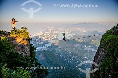 Praticantes de slackline na Pedra da Gávea com Barra da Tijuca ao fundo  - Rio de Janeiro - Rio de Janeiro (RJ) - Brasil
