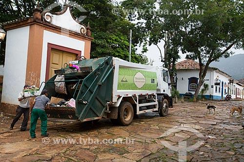 Coleta de lixo em frente à Capela dos Passos da Paixão (1740)  - Tiradentes - Minas Gerais (MG) - Brasil