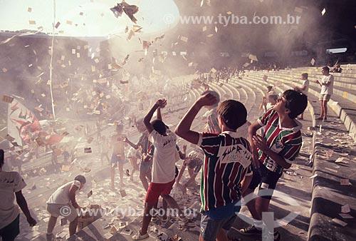Torcida do Fluminense com o pó de arroz no Estádio Jornalista Mário Filho (1950) - também conhecido como Maracanã  - Rio de Janeiro - Rio de Janeiro (RJ) - Brasil