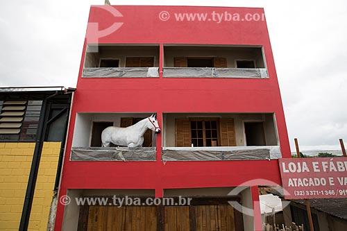 Escultura de cavalo em tamanho real na varanda de prédio  - Santa Cruz de Minas - Minas Gerais (MG) - Brasil