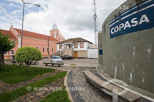 Reservatório da Companhia de Saneamento de Minas Gerais (COPASA) com a Igreja de Nossa Senhora da Penha de França (1840) ao fundo  - Resende Costa - Minas Gerais (MG) - Brasil