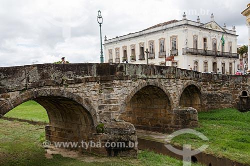 Vista da Ponte da Cadeia (1797) com a Prefeitura de São João del Rei ao fundo  - São João del Rei - Minas Gerais (MG) - Brasil