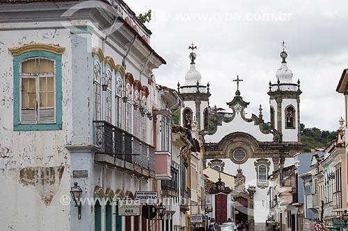 Casarios na Rua Getúlio Vargas com a Igreja de Nossa Senhora do Carmo (1732) ao fundo  - São João del Rei - Minas Gerais (MG) - Brasil