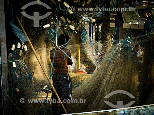 Pescador na colônia de pescadores Z-13 - no Posto 6 da Praia de Copacabana  - Rio de Janeiro - Rio de Janeiro (RJ) - Brasil