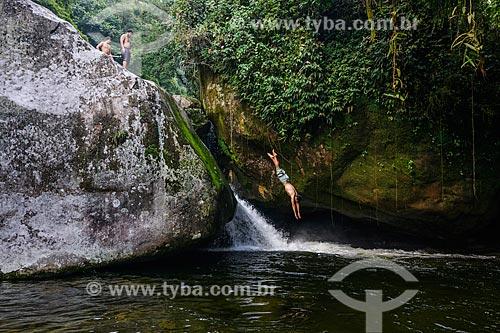 Banhista mergulhando no Poço da Verde próximo ao Centro de Visitantes von Martius do Parque Nacional da Serra dos Órgãos  - Guapimirim - Rio de Janeiro (RJ) - Brasil