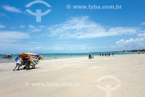 Vendedor ambulante na orla da na Praia de Tamandaré  - Tamandaré - Pernambuco (PE) - Brasil