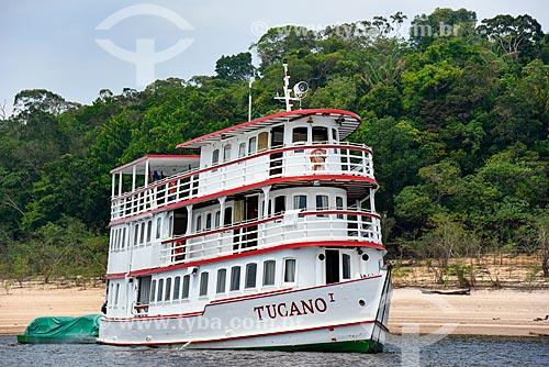 Barco turístico ancorado na margem do Rio Negro - Parque Nacional de Anavilhanas  - Novo Airão - Amazonas (AM) - Brasil