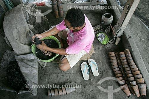 Trabalhador em fábrica de chocalhos  - Agrestina - Pernambuco (PE) - Brasil