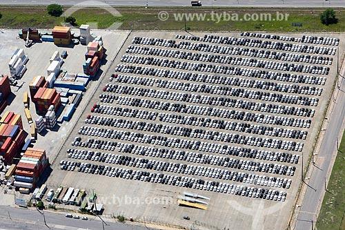 Foto aérea de contêineres e carros no pátio do Complexo Portuário de Suape  - Ipojuca - Pernambuco (PE) - Brasil
