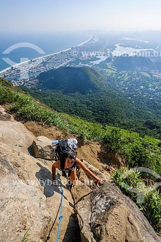 Mulher escalando a Pedra da Gávea com Barra da Tijuca ao fundo  - Rio de Janeiro - Rio de Janeiro (RJ) - Brasil