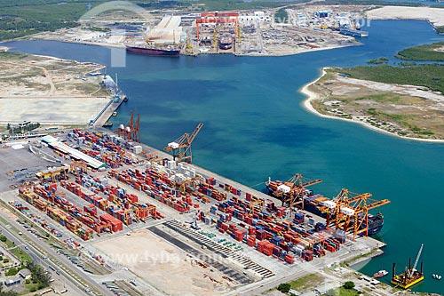 Foto aérea do TECON - Terminal de Contêineres - do Complexo Portuário de Suape com o Estaleiro Atlântico Sul ao fundo  - Ipojuca - Pernambuco (PE) - Brasil