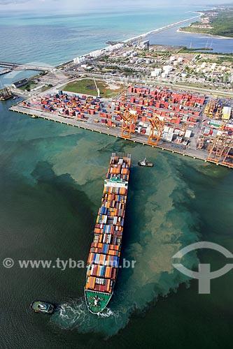 Foto aérea de navio cargueiro atracando no TECON - Terminal de Contêineres - do Complexo Portuário de Suape  - Ipojuca - Pernambuco (PE) - Brasil