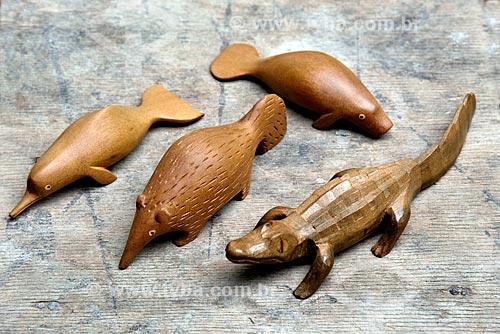 Detalhe de artesanato em madeira representando os animais da fauna amazônica na Associação de Produtores Nov Arte - apoiada pela Fundação Almerinda Malaquias  - Novo Airão - Amazonas (AM) - Brasil