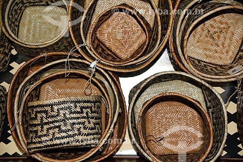 Cesto de palha de cipó de arumã, casca de ingá silvestre, breu e marajaí - Artesanato indígena da tribo Waimiri-Atroar  - Novo Airão - Amazonas (AM) - Brasil