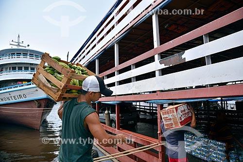 Estivador carregando mercadorias para barco atracado no Porto de Manaus  - Manaus - Amazonas (AM) - Brasil