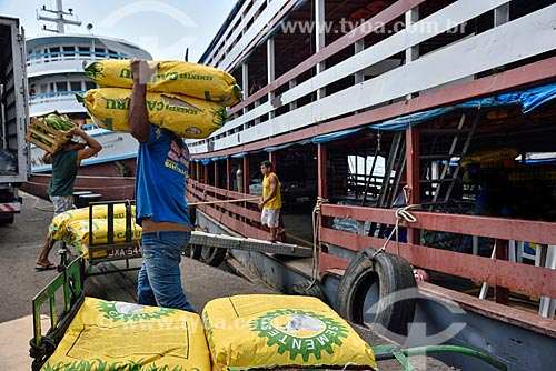 Estivador carregando sacos de sementes para barco atracado no Porto de Manaus  - Manaus - Amazonas (AM) - Brasil