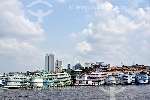 Barcos atracados no Porto de Manaus Moderna com prédios ao fundo  - Manaus - Amazonas (AM) - Brasil