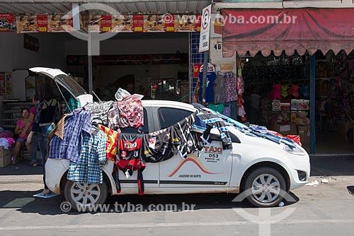 Carro estacionado na Rua Santa Luzia vendendo roupas  - Juazeiro do Norte - Ceará (CE) - Brasil
