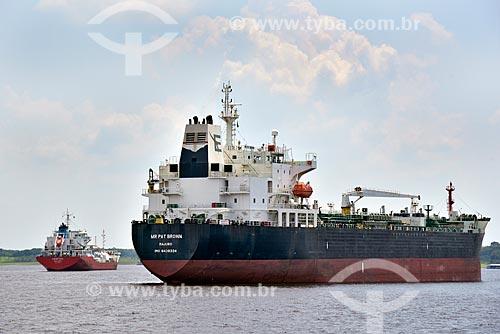 Navio-tanque e navio petroleiro ancorados no Rio Negro  - Manaus - Amazonas (AM) - Brasil