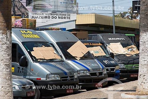 Vans estacionadas com papelão no para-brisa para diminuir o calor  - Juazeiro do Norte - Ceará (CE) - Brasil