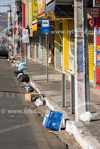 Lixo e sujeira deixados na via pública após o fechamento do comércio  - Juazeiro do Norte - Ceará (CE) - Brasil