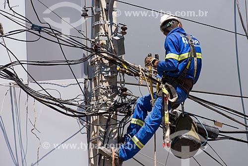 Homens trabalhando na manutenção da rede elétrica  - Petrolina - Pernambuco (PE) - Brasil