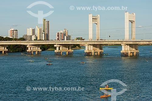 Ponte Presidente Eurico Gaspar Dutra sobre o rio São Francisco - que liga as cidades de Petrolina e Juazeiro - Petrolina ao fundo  - Juazeiro - Bahia (BA) - Brasil