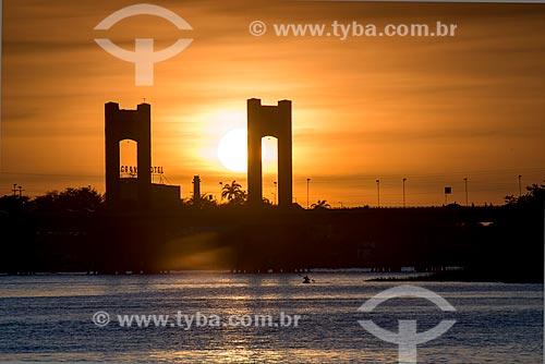 Pôr do Sol - Ponte Presidente Eurico Gaspar Dutra sobre o rio São Francisco - que liga as cidades de Petrolina e Juazeiro  - Juazeiro - Bahia (BA) - Brasil
