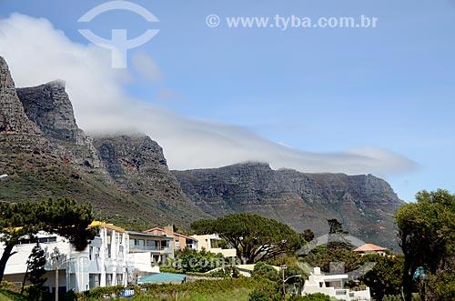 Casas em Camps Bay com as montanhas conhecidas como Os Doze Apóstolos - parte da Montanha da Mesa - uma das Novas Sete Maravilhas Naturais do Mundo - ao fundo  - Cidade do Cabo - Província do Cabo Ocidental - África do Sul