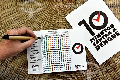 Panfleto com informações sobre a campanha do programa nacional contra o zika vírus, dengue e febre chikungunya e cronograma de verificação de focos  - Rio de Janeiro - Rio de Janeiro (RJ) - Brasil