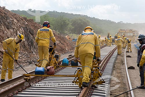 Operários colocando trava dos trilhos da Ferrovia Transnordestina  - Ouricuri - Pernambuco (PE) - Brasil