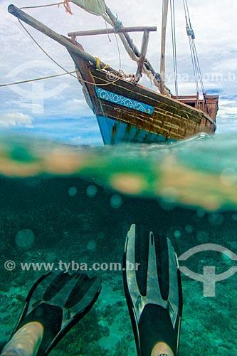 Turista nadando próximo à barco no Oceano Índico  - Distrito de Ibo - Província de Cabo Delgado - Moçambique