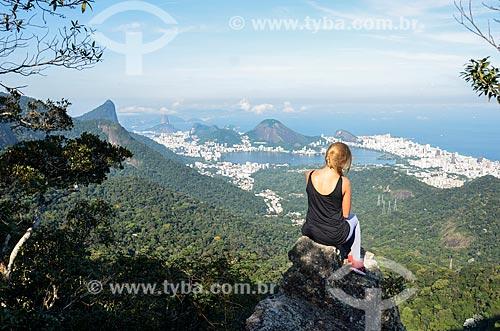 Mulher observando a vista a partir da trilha do Morro do Queimado com o Cristo Redentor, Lagoa Rodrigo de Freitas e o Pão de Açúcar ao fundo  - Rio de Janeiro - Rio de Janeiro (RJ) - Brasil