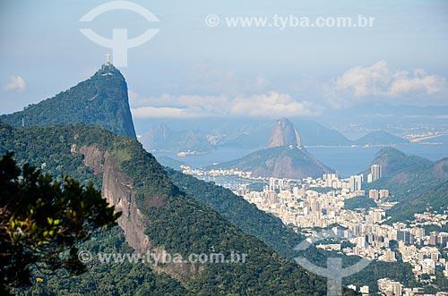 Vista geral a partir da trilha do Morro do Queimado com o Cristo Redentor e o Pão de Açúcar ao fundo  - Rio de Janeiro - Rio de Janeiro (RJ) - Brasil