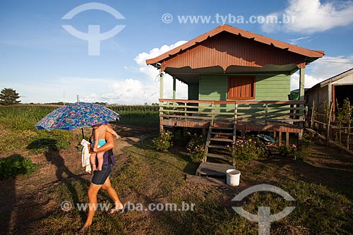 Casa de ribeirinhos na várzea do Rio Amazonas  - Iranduba - Amazonas (AM) - Brasil