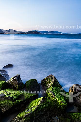 Praia da Armação ao anoitecer  - Florianópolis - Santa Catarina (SC) - Brasil