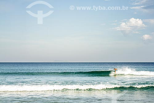 Homem surfando na Praia dos Açores  - Florianópolis - Santa Catarina (SC) - Brasil