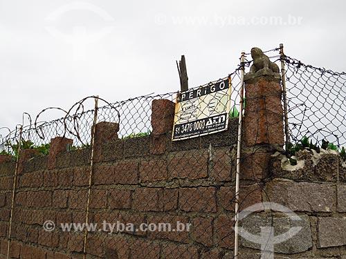 Muro com cerca de arame farpado  - Cidreira - Rio Grande do Sul (RS) - Brasil