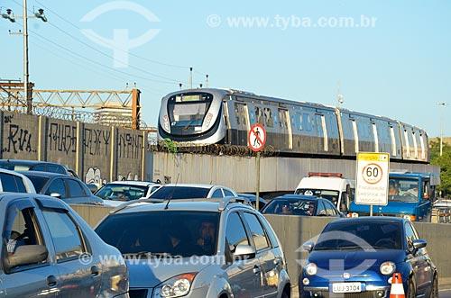 Engarrafamento em trecho da Avenida Radial Oeste com trem do Metrô Rio ao fundo  - Rio de Janeiro - Rio de Janeiro (RJ) - Brasil