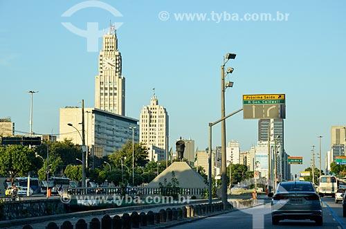 Vista do Monumento à Zumbi dos Palmares (1986) e da Estação Ferroviária Central do Brasil a partir da Avenida Presidente Vargas (1944)  - Rio de Janeiro - Rio de Janeiro (RJ) - Brasil