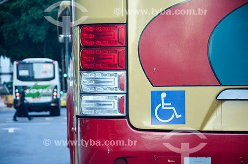Detalhe de ônibus com sinalização de acessibilidade na Avenida Presidente Vargas  - Rio de Janeiro - Rio de Janeiro (RJ) - Brasil