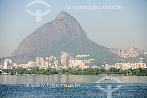 Remo na Lagoa Rodrigo de Freitas com o Morro Dois Irmãos ao fundo  - Rio de Janeiro - Rio de Janeiro (RJ) - Brasil