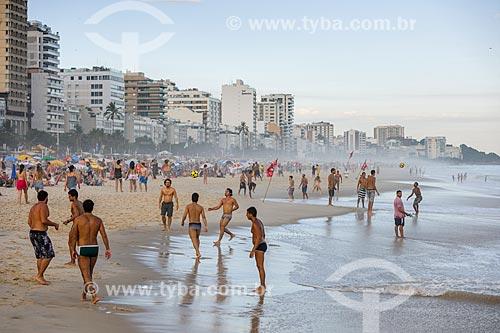 Homens jogando altinha na orla da Praia de Ipanema  - Rio de Janeiro - Rio de Janeiro (RJ) - Brasil