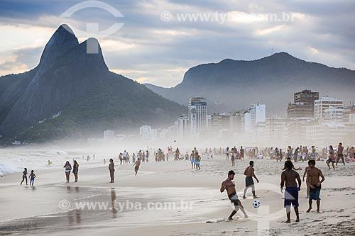 Homens jogando altinha na orla da Praia de Ipanema com o Morro Dois Irmãos ao fundo  - Rio de Janeiro - Rio de Janeiro (RJ) - Brasil